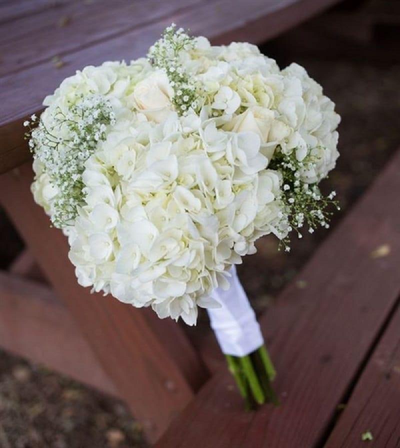 bó hoa cầm tay gồm cẩm tú cầu trắng xen với hoa baby