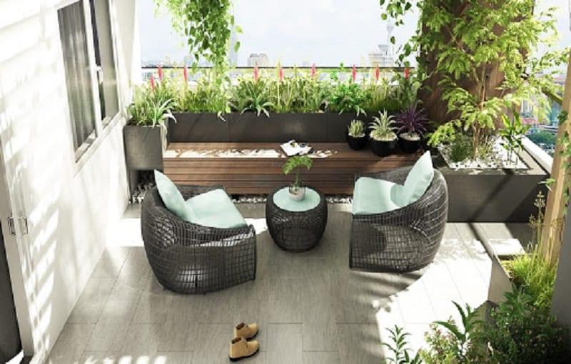 Tiểu cảnh sân thượng với bộ bàn ghế thư giãn êm ái trong không gian xanh mát của những chậu cây, bồn hoa