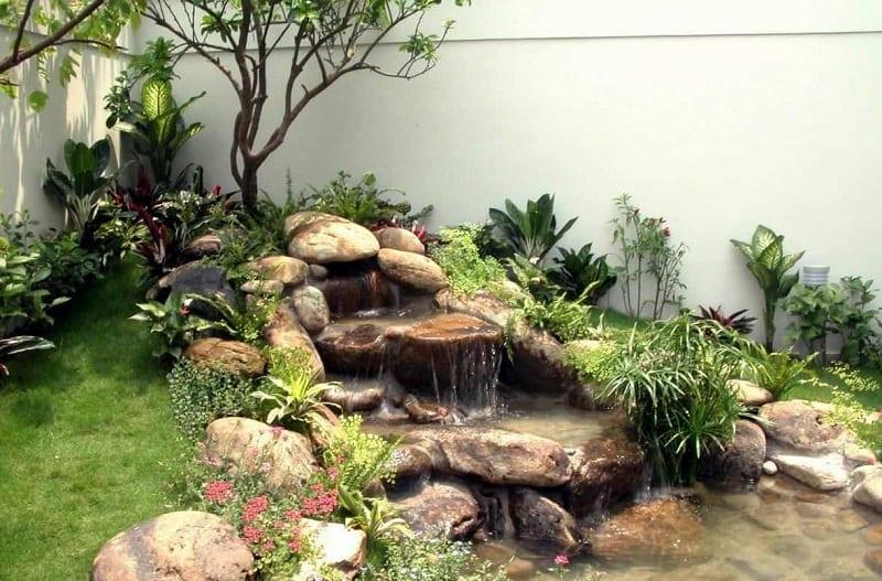 Thác nước bằng đá nổi bật giữa khu tiểu cảnh xanh tốt