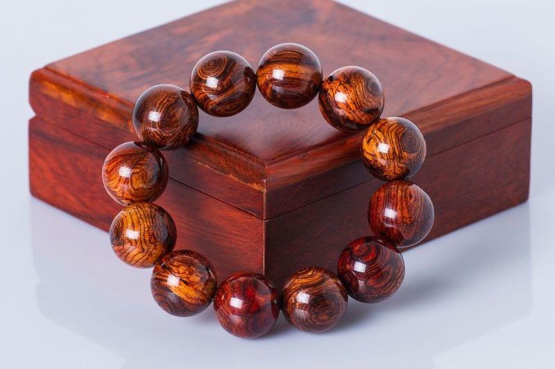 Vòng tay phong thủy được làm từ cây gỗ sưa đỏ