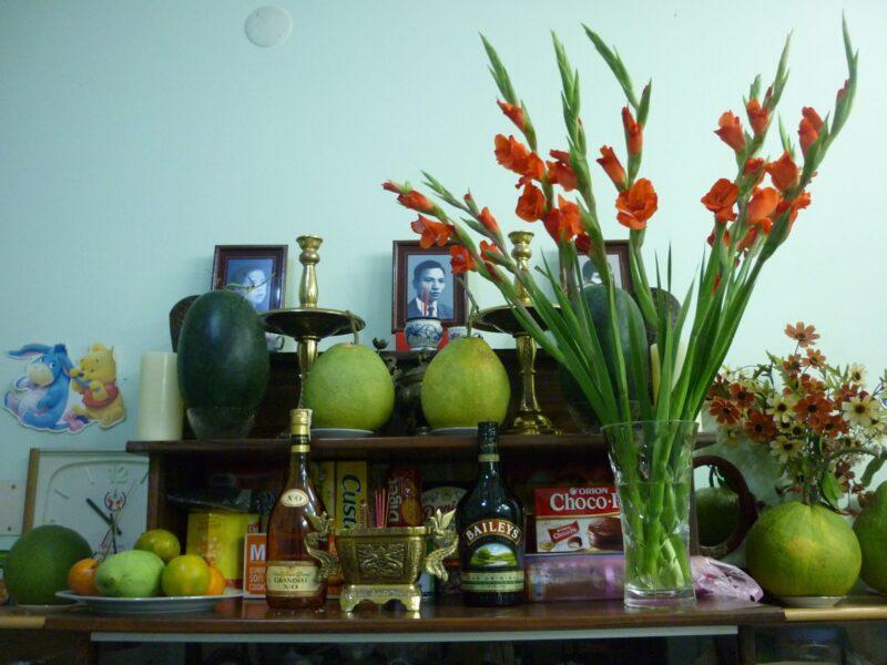 Hoa lay ơn cắm lọ thủy tinh trên bàn thờ