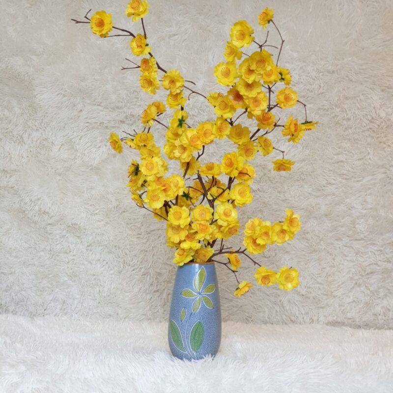 Cành hoa mai cắm lọ trong nhà